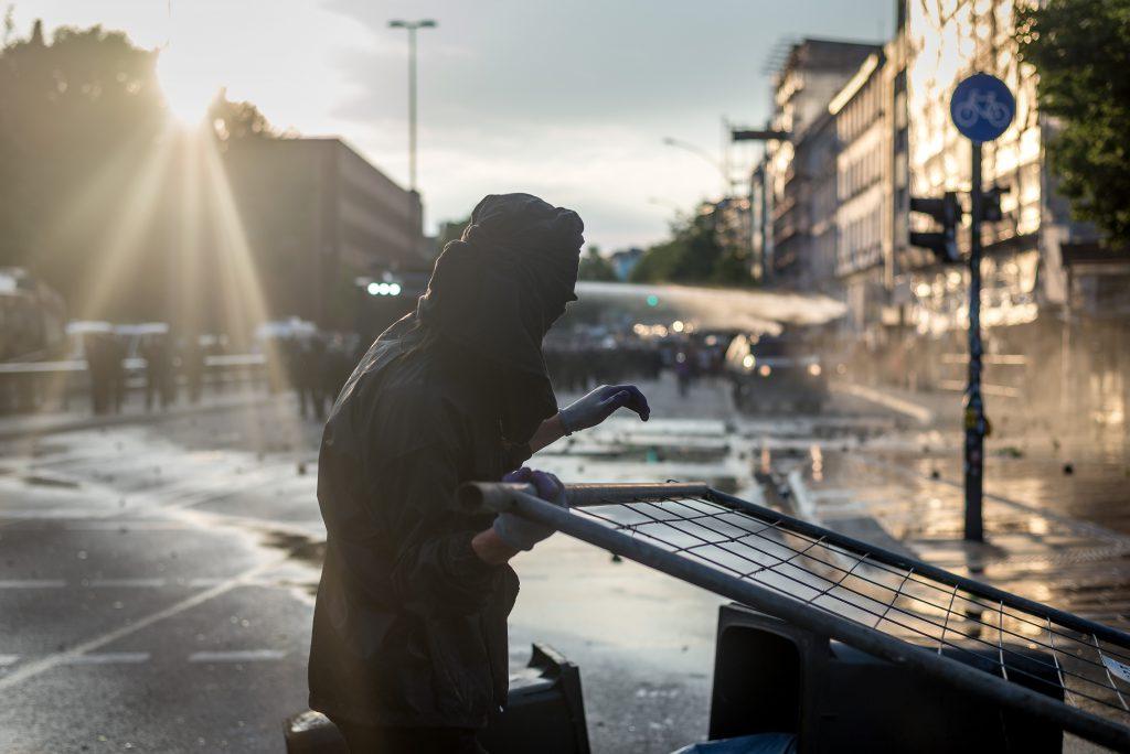 Am Abend des 7.7 liefern sich gewaltätige Gipfelgegner und Polizei eine Straßenschlacht am Neuen Pferdemarkt, unweit des Messegeländes. Über ca. 3-4 Studen verliert die Polizei die Kontrolle über das Schanzenviertels.