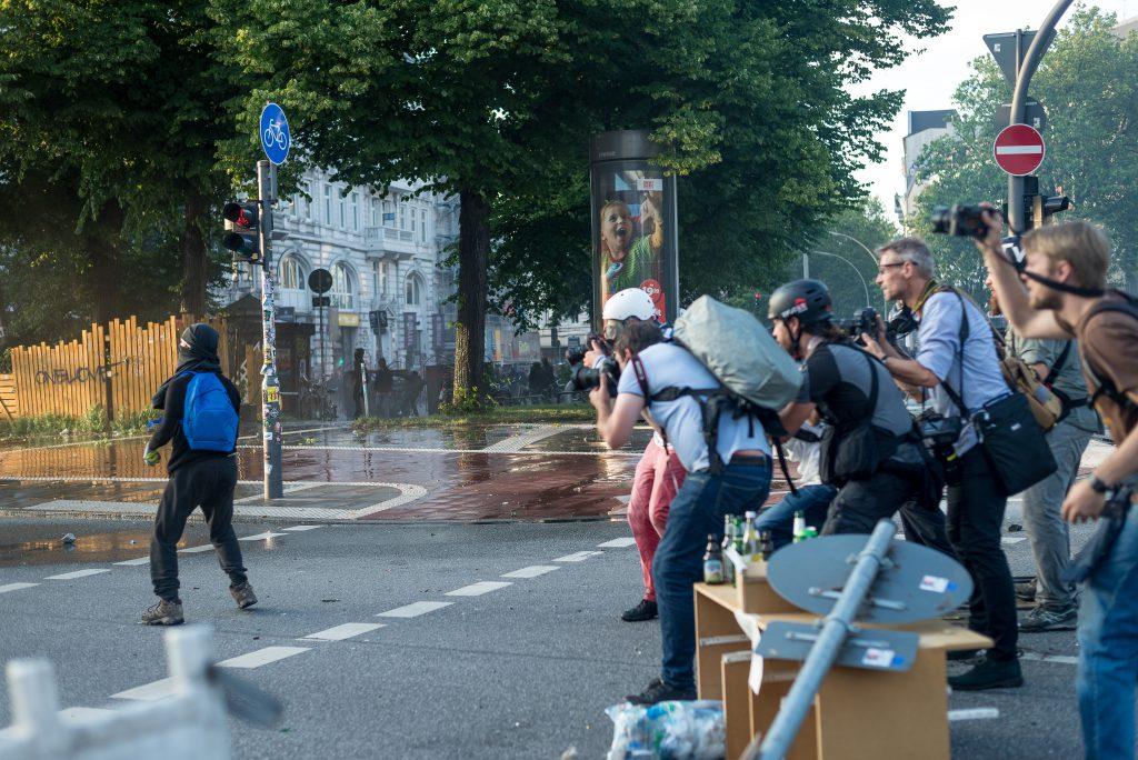 Am Abend des 7.7 liefern sich gewaltätige Gipfelgegner und Polizei eine Straßenschlacht am Neuen Pferdemarkt, unweit des Messegeländes, unter großer medialer Begleitung.
