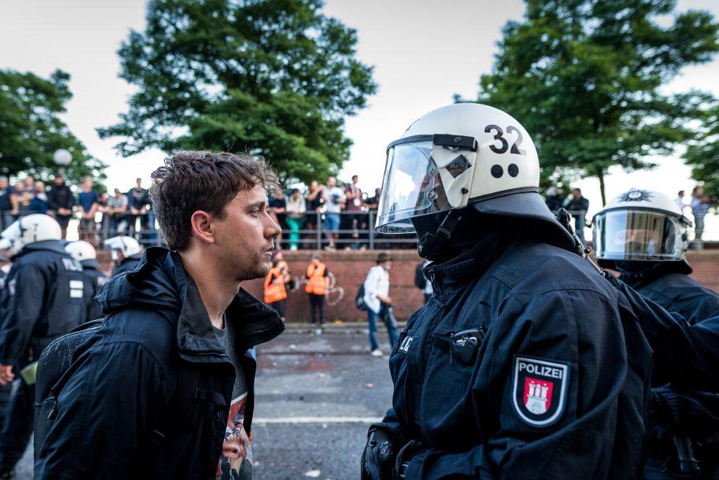 """Ein Mann und ein Polizist liefern sich einen """"Anstarrwettbewerb""""."""