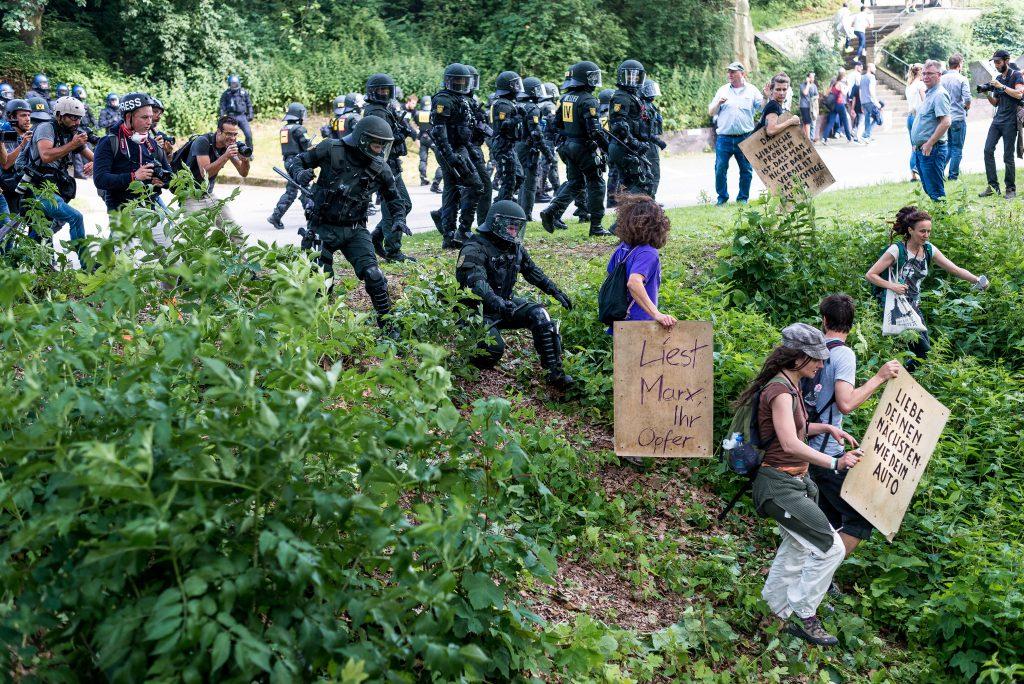 Im Zuge der Auflösung der Blockaden an den Landungsbrücken treibt die Polizei Demonstranten vor sich her.