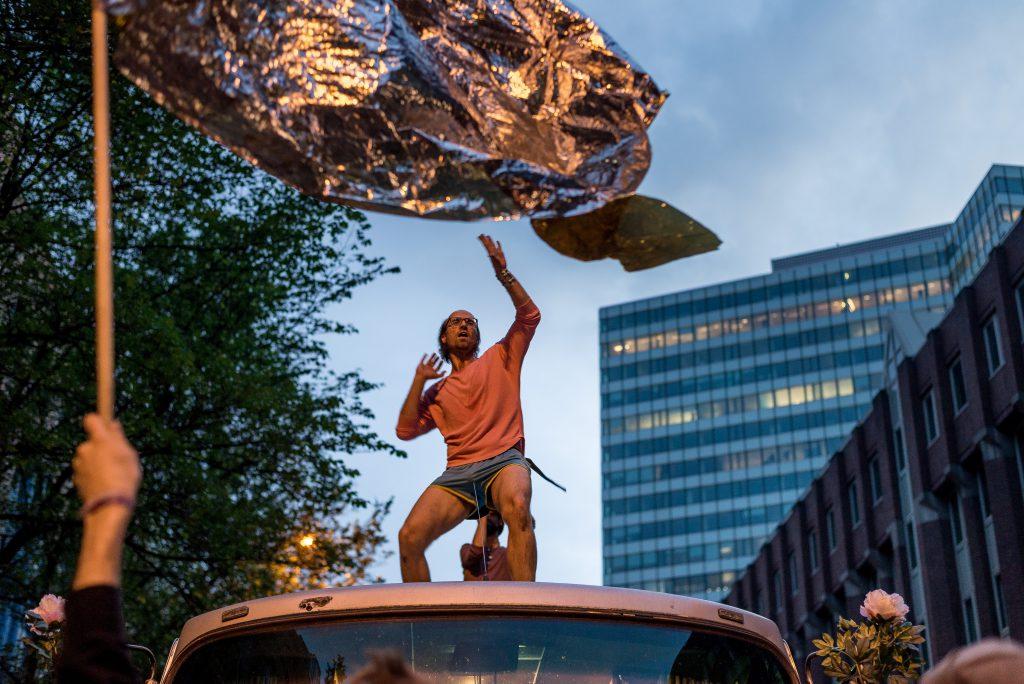 """Ein Mann tanzt auf dem Dach eines Lautsprecherwagens während der """"Lieber tanz ich als G20"""" Demo."""
